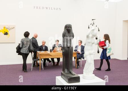 New York, New York, USA. 6. Mai 2016. Fries New Yorker Kunstmesse. Besucher und Mitarbeiter in der Fred Wilson zeigen - Stockfoto