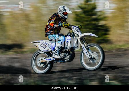 Reiter auf einem Motorrad fährt auf Rennstrecke während Motocross Cup des Ural - Stockfoto