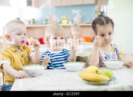 Lustige Kinder Essen im kindergarten - Stockfoto