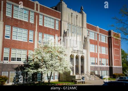 Die stattlichen Osten Junior High School auf Gallatin Hecht im East Nashville, TN hat eine schöne blühende Hartriegel - Stockfoto