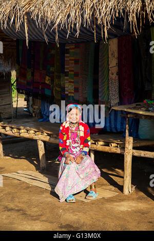CHIANG MAI, THAILAND - 2. Februar 2016: Unbekannte Mädchen aus Karen Long Neck Village in der Nähe von Chiang Mai, - Stockfoto