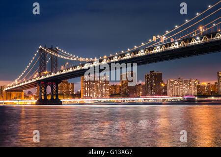 Blick auf Manhattan Bridge aus Brooklyn, Manhattan New York City zu sehen in der Nacht beleuchtet