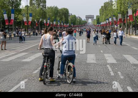 Die Champs-Elysées, Paris, Frankreich. 8. Mai 2016. Menschen zu Fuß auf den Champs-Elysées. Einmal im Monat wird - Stockfoto