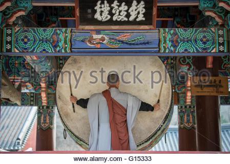 Südkorea, Songgwangsa Tempel, Mönch spielen Trommel - Stockfoto
