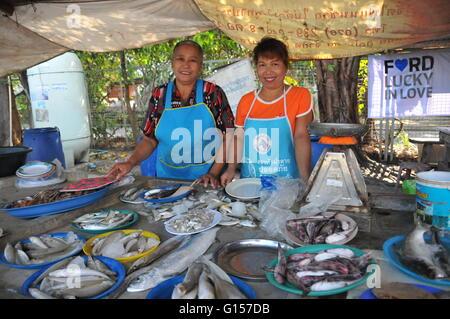 Zwei Damenfischhändler in ihrem Fischstall in Phuket Town Thailand - Stockfoto