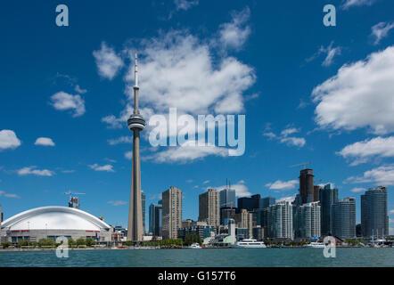 Die Skyline der Stadt vom Wasser zwischen City und Toronto Island Park, Toronto, Ontario, Kanada. - Stockfoto