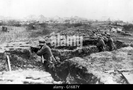 Deutsche Soldaten in einem Graben. Grabenkriegsführung ist eine Form von Land mit Krieg besetzten kämpfen Linien - Stockfoto