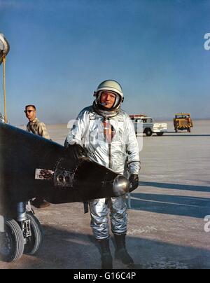 X-15 Pilot Armstrong, neben seinem Flugzeug nach einem Flug auf der Edwards Air Force Base. Neil Alden Armstrong - Stockfoto