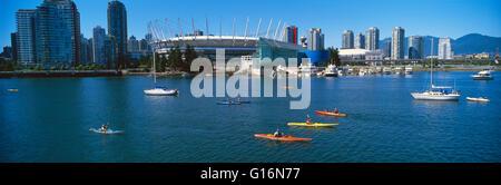 Vancouver, BC, Britisch-Kolumbien, Kanada - BC Place Stadium und die Skyline der Stadt am False Creek - Panoramablick - Stockfoto