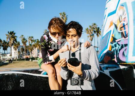 Junges Paar im Freien, Blick auf instant Film Fotografie - Stockfoto