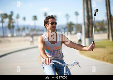 Männliche Radfahrer unter Radsport Selfie am Venice Beach, Los Angeles, Kalifornien, USA - Stockfoto