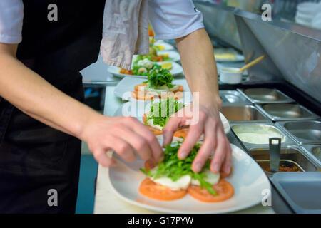 Koch bereitet Salat Teller in traditionelles italienisches Restaurantküche, Nahaufnahme - Stockfoto