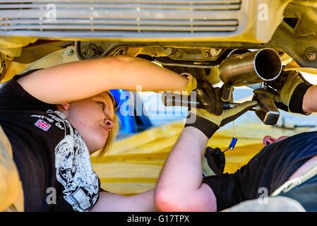 Emmaboda, Schweden - 7. Mai 2016: 41. Süd Schweden-Rallye in Service-Depot. Mannschaft arbeitet unter der Mitsubishi - Stockfoto