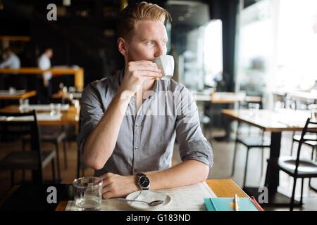 Geschäftsmann, trinken Kaffee im café - Stockfoto
