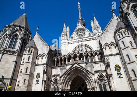 Ein Blick auf die prachtvolle Architektur der Royal Courts of Justice in London. - Stockfoto