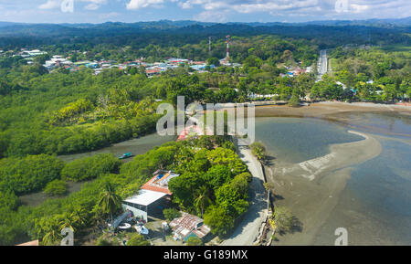 PUERTO JIMENEZ, die Halbinsel OSA, COSTA RICA - Aerial Kleinstadt. - Stockfoto