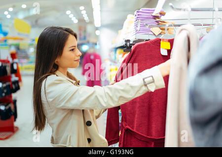 Schöne Frau mit einem Blick durch die Kleidung - Stockfoto