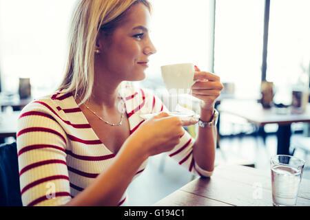 Schöne Frau in einem netten Restaurant Kaffee trinken - Stockfoto