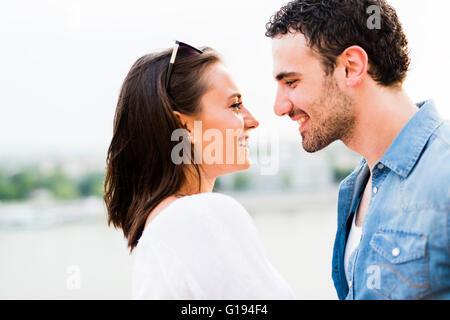 Junge schöne Paar Nasen als Zeichen der Liebe und küssen einander reiben