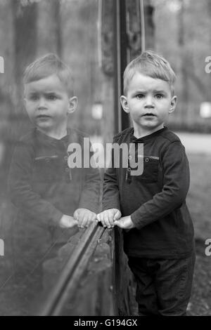 Hübscher kleiner Junge ernsthaft nachdenken - Stockfoto