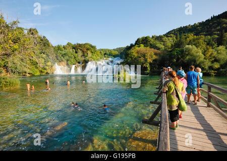 Touristen auf der Brücke in Nationalpark Krka in Kroatien - Stockfoto
