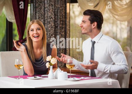 Glückliches Paar hat tolle Zeit im Restaurant. - Stockfoto