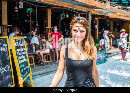 Eine Frau, die in den Koh Rong Insel Pubs arbeitet - Stockfoto