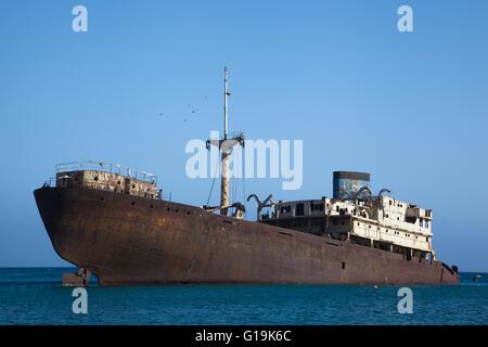 Teilweise unter Wasser verrostete Schiffsunglück vor der Küste von Lanzarote - Stockfoto