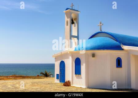 Weiße Kapelle an einem Ufer in Aiya Napa, Zypern - Stockfoto