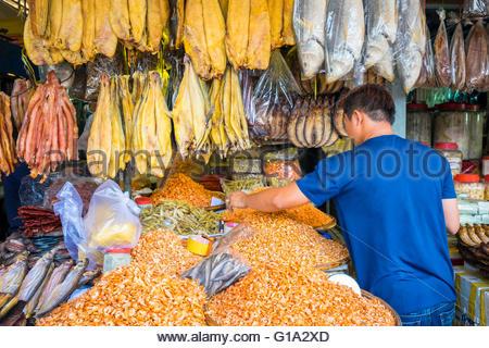 ein marktstand in phnom penh kambodscha mit frittierte snacks wie schlangen fr sche. Black Bedroom Furniture Sets. Home Design Ideas