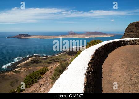 Blick auf die Insel Graciosa von Guinate, Lanzarote, Kanarische Inseln, Spanien - Stockfoto