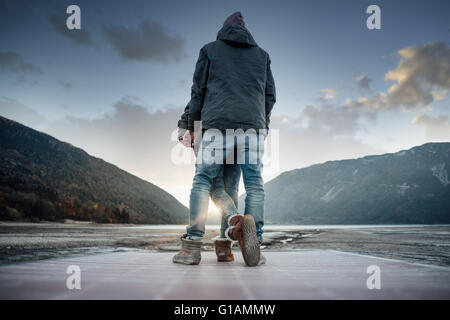 Romantische junge Liebespaar auf einer Mole Rückansicht, Naturlandschaft auf Hintergrund - Stockfoto