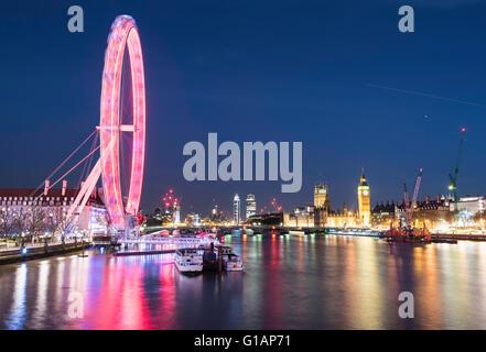 London Eye und die Houses of Parliament in der Nacht - Stockfoto