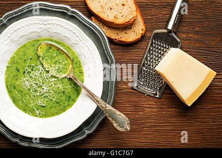 Frische grüne Suppe auf hölzernen Hintergrund Overhead schießen. - Stockfoto