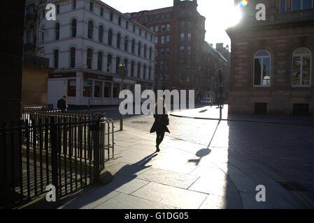 Silhouette der junge Frau in Glasgow Straße mit Straße Contre-Jour Hintergrundbeleuchtung ich in Glasgow, Schottland, - Stockfoto