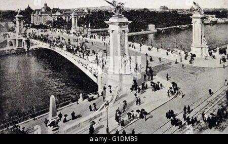 Fotodruck von der Pont Alexandre III, ein Deck Bogenbrücke, die Seine in Paris erstreckt. Vom 20. Jahrhundert - Stockfoto