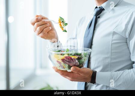 Geschäftsmann mit einem Gemüse-Salat zum Mittagessen, gesunde Ernährung und Lebensstil-Konzept, unerkennbar person - Stockfoto