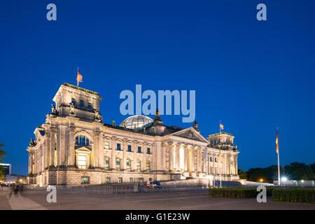 Abends Blick auf den Reichstag Gebäude in Berlin-Deutschland - Stockfoto