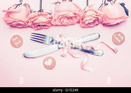 Vorlage mit romantischen Festtafel Einstellung, Rosen, Schleife, Herzen und Liebe Nachricht auf rosa Pastell Hintergrund, - Stockfoto