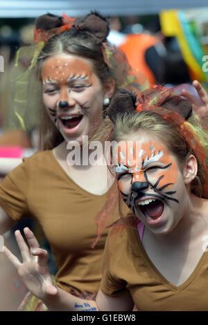 """Berlin, Deutschland. 14. Mai 2016. Kinder als Löwen an der Kinder-Karneval unter dem Motto """"20 Jahre mit einem Brüllen"""" - Stockfoto"""