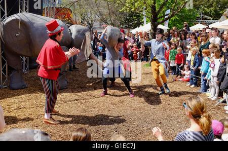 Brighton UK 14. Mai 2016 - die größte Marionette Zirkus In The World Teil II durchführen mit riesigen Tier Marionetten - Stockfoto