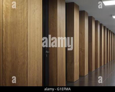 Jacob-Und-Wilhelm-Grimm-Zentrum, Berlin, Deutschland. Holz Spalten in einer Zeile. - Stockfoto