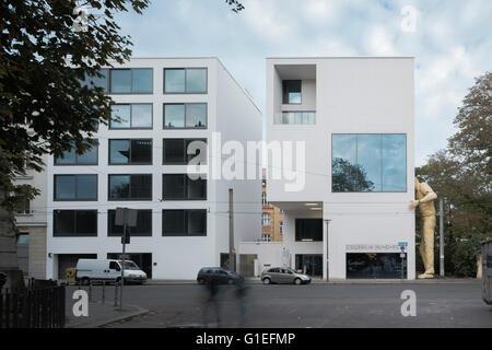 Das Collegium Hungaricum in Berlin, Deutschland. Außenansicht des Gebäudes mit einer großen Statue eines Mannes - Stockfoto