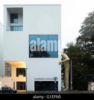 Das Collegium Hungaricum in Berlin, Deutschland. Fassade des Gebäudes mit einer großen Statue eines Mannes an die - Stockfoto