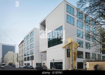 Das Collegium Hungaricum in Berlin, Deutschland. Außenansicht des Gebäudes mit einer großen gelben Statue an die - Stockfoto