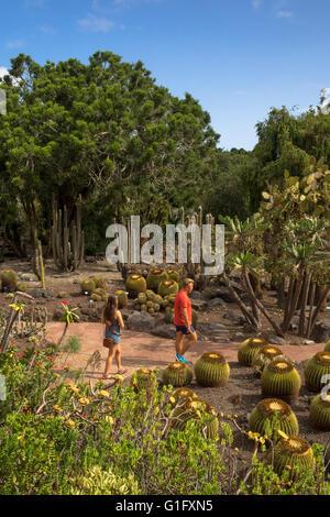 Touristen zu Fuß durch den Kaktusgarten (Jardín de Cactus y Sucelentas) im Botanischen Garten von Gran Canaria, - Stockfoto