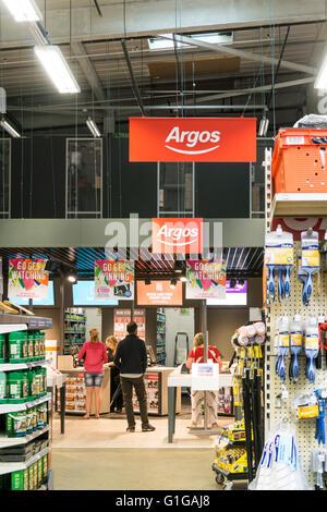 Ein Argos Shop innerhalb eines DIY Homebase Lagers in nstige, Südlondon. - Stockfoto