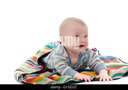 Süße Baby-jungen auf bunte Decke Weinen isoliert auf weiss - Stockfoto