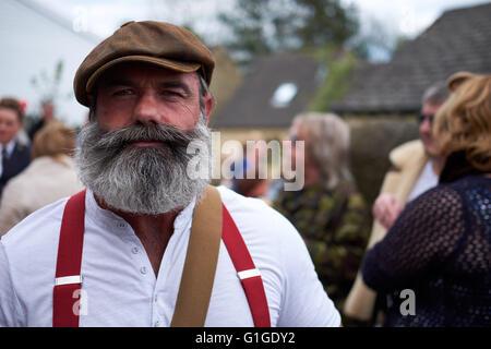 Porträt von einem reifen Mann in traditioneller Kleidung mit flache Kappe, Opa Hemd und rote Hosenträger mit einem - Stockfoto