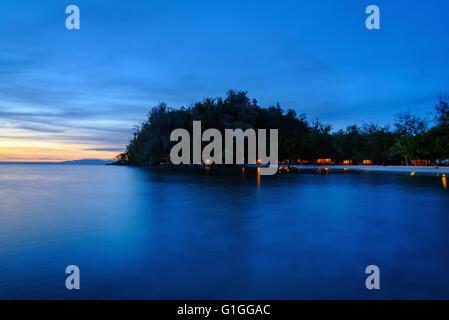 Wunderschönen tropischen Strand auf Bolilanga Insel in der Nacht. Togean Islands oder Togian Inseln im Golf von - Stockfoto